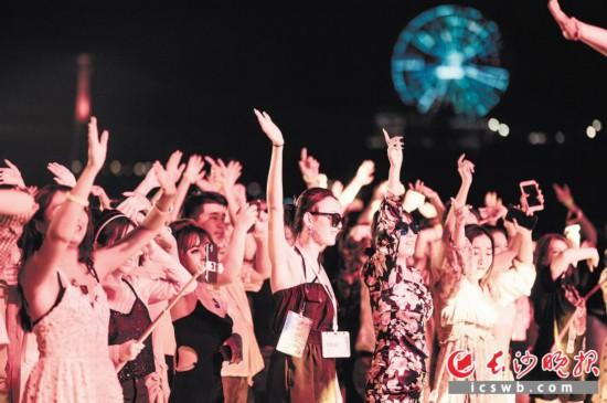 集合时组织的跨国音乐Party。资料图片