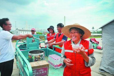 南京棲霞愛心人士為一線防汛人員送上消暑飲品