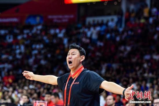 """""""资料图:2019世界杯期间,中国队主教练李楠在球场边指挥球员。<a"""