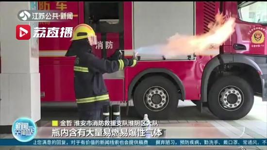 """危险!喷洒""""降温剂""""后点烟引发爆燃 小车车主全身15%烧伤"""