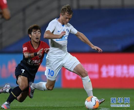(体育)(14)足球――中超:深圳佳兆业胜大连人
