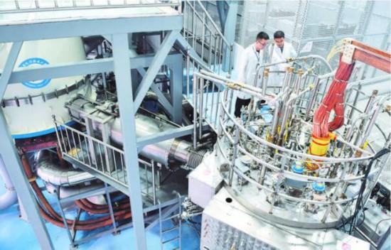 工作人员在中科院合肥物质科学研究院查看混合磁体装置(2017年9月27日摄)。 新华社记者 刘军喜 摄