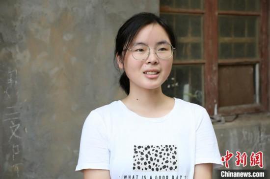 欲带奶奶上学的江西女孩收到湖南大学录取通知书