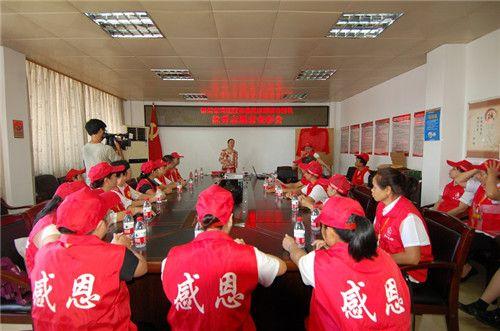 图为市残联毛小林副理事长在优秀志愿者表彰会上讲话