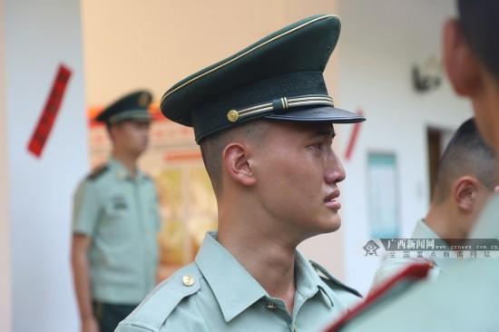 广西南宁:含泪卸衔 退伍老兵军魂永驻