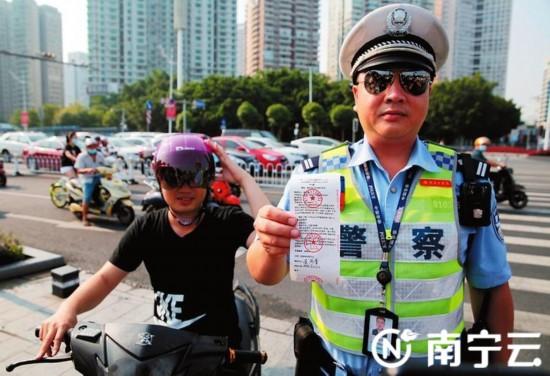 南宁交警部门查处电动自行车违法行为