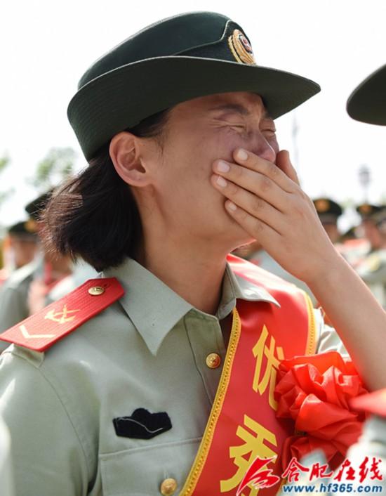 圖2:2020年8月31日,安徽合肥,在武警合肥支隊執勤四中隊向警徽告別儀式上,一位退伍女兵潸然淚下。