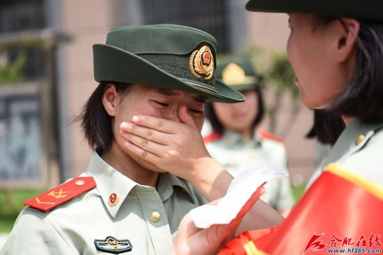圖12:2020年8月31日,安徽合肥,在武警合肥支隊執勤四中隊向警徽告別儀式上,一位女兵潸然淚下。