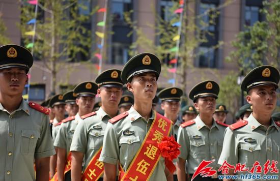 圖13:2020年8月31日,安徽合肥,武警合肥支隊執勤四中隊組織退伍老兵向警徽告別儀式。