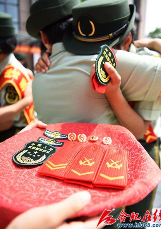 圖5:2020年8月31日,安徽合肥,在武警合肥支隊執勤四中隊向警徽告別儀式上,退伍女兵相擁而泣。