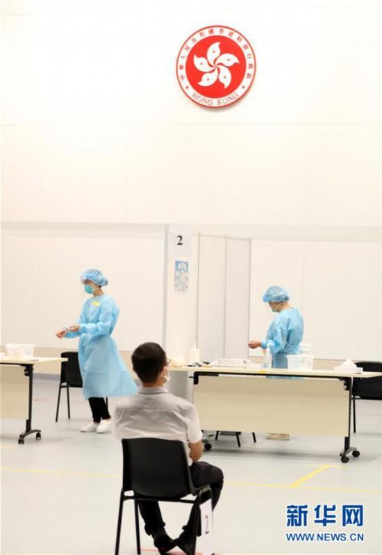 9月1日、特別行政区政府本部検査ポイントで検査を待つ香港市民(撮影・李鋼)。