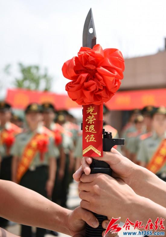 圖7:2020年8月31日,安徽合肥,在武警合肥支隊執勤四中隊向哨位告別儀式上,退伍老兵將鋼槍交給留隊的戰友。