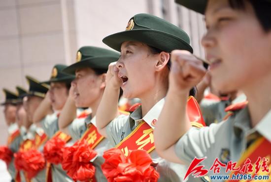 圖15:2020年8月31日,安徽合肥,在武警合肥支隊執勤四中隊向哨位告別儀式上,退伍老兵重溫軍人誓詞。