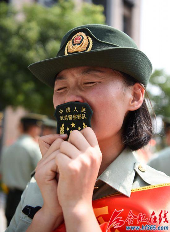 圖6:2020年8月31日,安徽合肥,在武警合肥支隊執勤四中隊向警徽告別儀式上,一位退伍女兵親吻臂章潸然淚下。