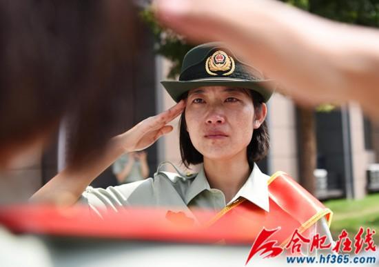 圖19:2020年8月31日,安徽合肥,在武警合肥支隊執勤四中隊向警徽告別儀式上,一位退伍女兵向戰友敬禮。