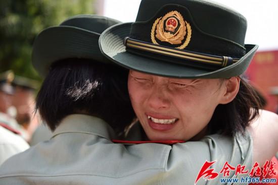 圖18:2020年8月31日,安徽合肥,在武警合肥支隊執勤四中隊向警徽告別儀式上,退伍女兵相擁而泣。