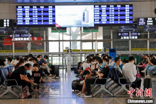 資料写真:上海駅の待合スペースで列車を待つ旅客(撮影・殷立勤)。