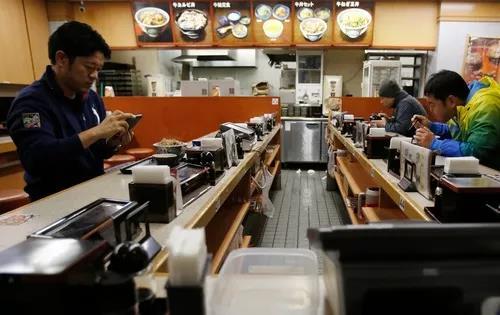 東京のある飲食店で食事をする男性たち(資料写真)。