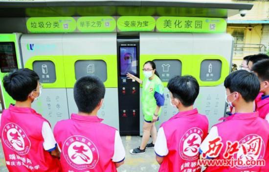 柳园社区工作人员在普及推广垃圾分类工作。 西江日报记者 梁小明 摄