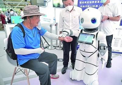 2020年中国国際サービス貿易交易会で、男性の脈診をする中医学AIロボット。