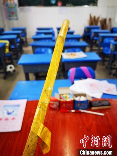 事发教室的讲台上放置有一把竹戒尺。 苗志勇 摄