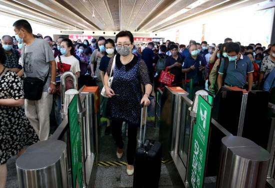 9月12日,乘坐C3856次列车的旅客在上海火车站检票进站。