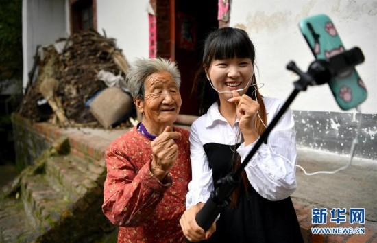 (图片故事)(3)秦岭山区女主播 抱着鸡儿做直播