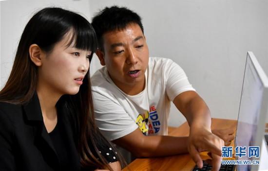 (图片故事)(1)秦岭山区女主播 抱着鸡儿做直播