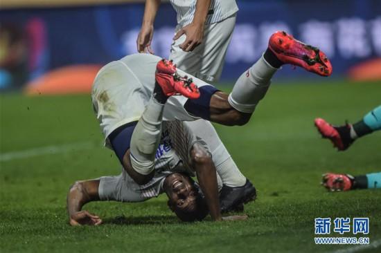 (体育)(1)足球――中超:大连人平上海绿地申花