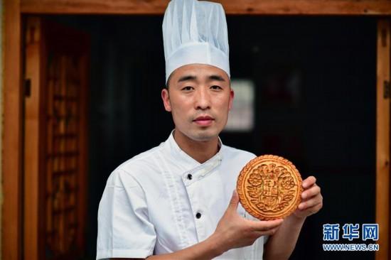 (图片故事)(1)传承古法月饼制作技艺的年轻人
