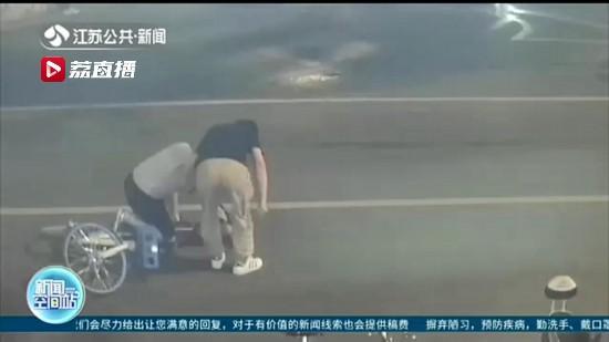 男子酒后骑单车摔倒以为被撞 推走他人电动车做物证还报警