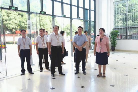 5.考核组实地查看办公区 韦庆琳摄.jpg