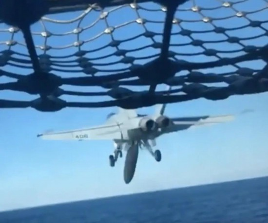 美军舰载机弹射起飞时副油箱脱落掉入海中