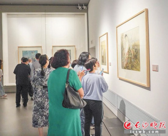 """9月15日,""""湖南著名美术家推介工程・陈白一艺术展""""在湖南美术馆开幕,吸引美术爱好者前来观看。主办方供图"""