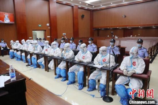 图为犯罪嫌疑人出庭受审。平桂区法院供图