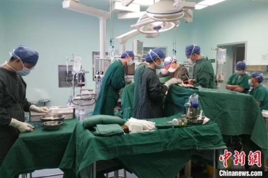 医生为韩冰实施手术 武汉大学人民医院供图