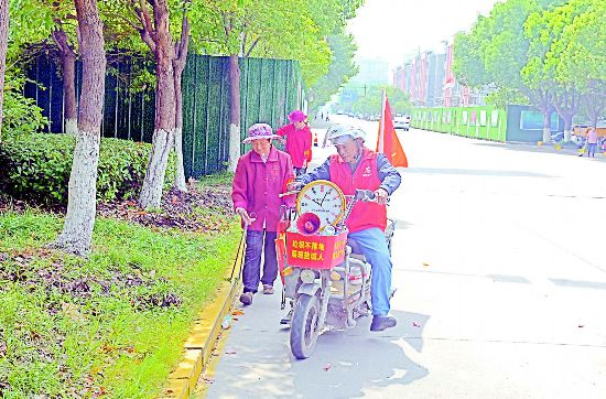 中国好人丁德勤做生态文明宣传员 沿街奔走宣传