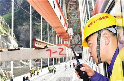 拉林铁路铺轨至藏木雅鲁藏布江特大桥