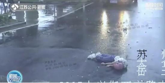 苏州骑手遇车祸头部被压车胎下 安全头盔救一命