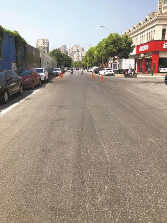 南通尚海湾路段地面大片油污 放倒骑车市民