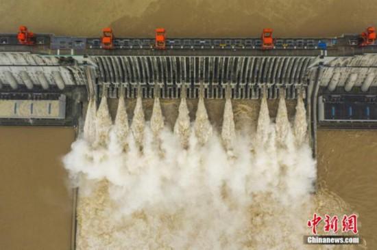 資料画像:8月20日、1秒当たり7万5000立方メートルの水が流れ込み、11ゲートを開けて放水する三峡ダム。(撮影:聶爽)