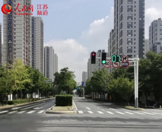 图为位于南京市建邺区高庙路青莲街的智慧信号灯。滴滴江苏供图