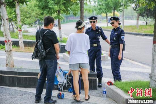 南湖景勝地で観光客のトラブルを解決する女性特殊警察パトロール隊のメンバー(撮影・白雲水)。