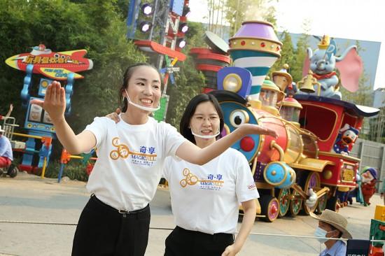 23日、上海ディズニーランドで正式にスタートした「ミッキーのストーリーブック・エクスプレス」の中国語手話通訳サービス(写真提供・上海ディズニーリゾート)。