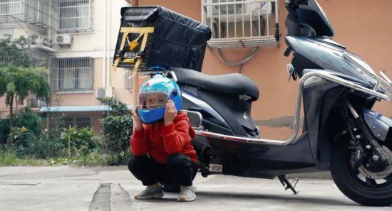 南通海門父親一天送外賣16小時 電動車上載著5歲兒子