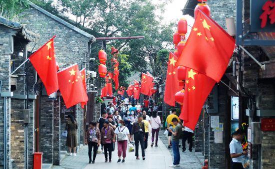 """国庆临近扬州东关街飘扬最美""""中国红"""""""