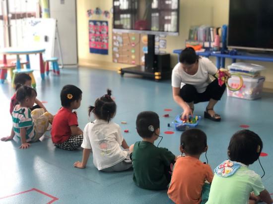 图为受助儿童进入康复机构进行康复训练