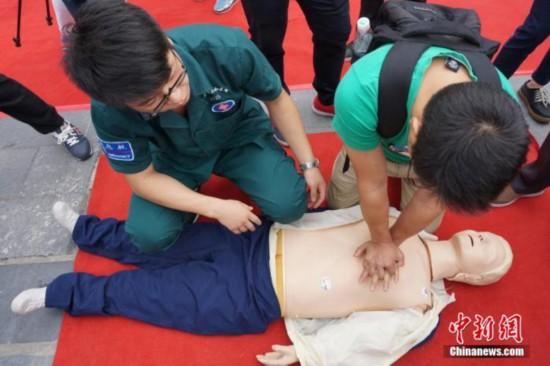資料写真:心臓マッサージの練習をする学生(撮影・董暁斌)。