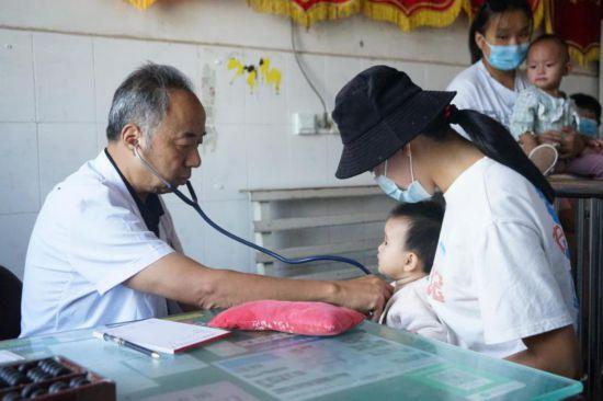 河南濮阳县村医范继臣:为缓解乡亲的风湿病 研制膏药并获得国家发明专利