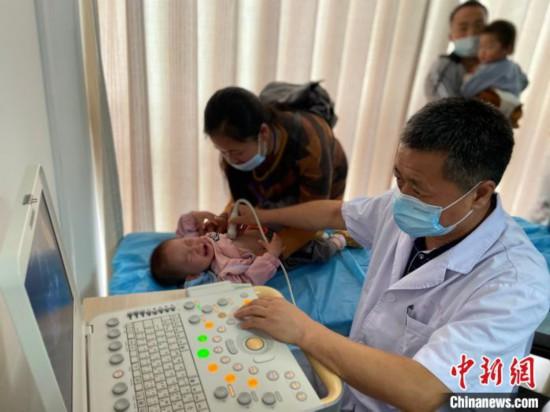 貴州六盤水貧困先心病患兒抵達上海接受個性化治療